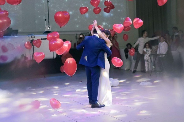 בלונים מתפוצצים לחתונה